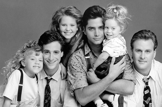 FULL HOUSE, (from left): Jodie Sweetin, Bob Saget, Candace Cameron, John Stamos, Ashley/Mary-Kate