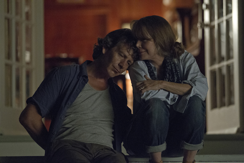 Ben Mendelsohn (Danny Rayburn) og Sissy Spacek (Sally Rayburn). Foto: Saeed Adyani, Netflix.